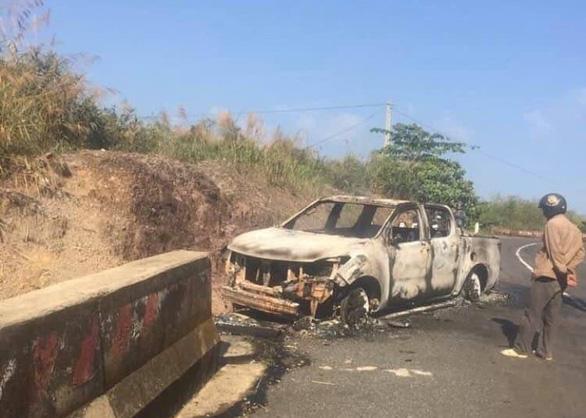 Phát hiện thi thể chết cháy trong xe bán tải bên vệ đường - Ảnh 1.