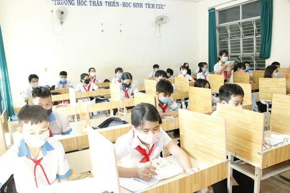 Giáo viên mua ván ép về ngăn vách phòng học chống dịch cho học sinh - Ảnh 1.