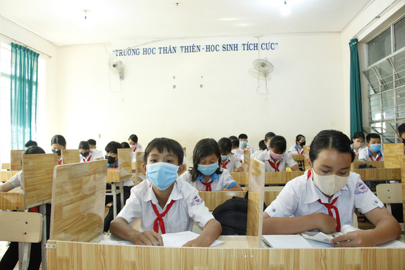 Giáo viên mua ván ép về ngăn vách phòng học chống dịch cho học sinh - Ảnh 2.