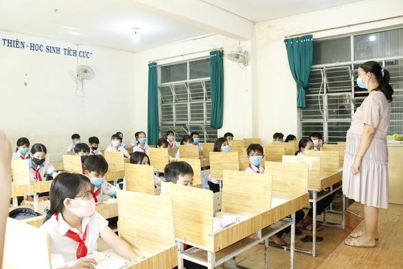 Giáo viên mua ván ép về ngăn vách phòng học chống dịch cho học sinh - Ảnh 3.