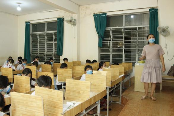 Giáo viên mua ván ép về ngăn vách phòng học chống dịch cho học sinh - Ảnh 4.