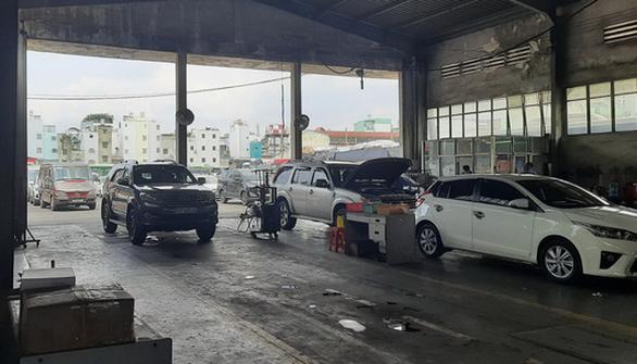 Đổ xô xếp hàng kiểm định ôtô tại TP.HCM - Ảnh 2.