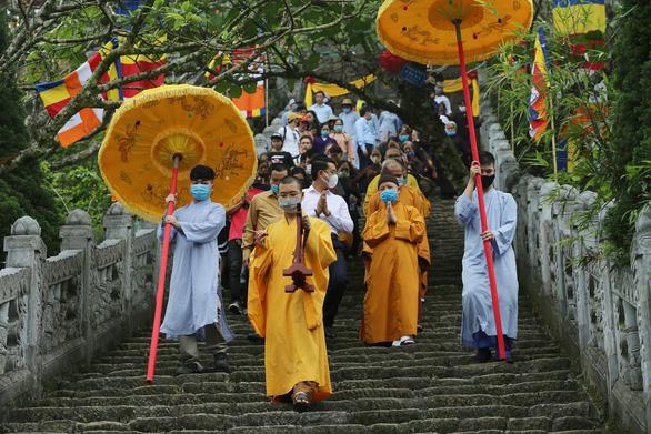 Lắng lòng thanh tịnh tắm Phật tại Lễ Phật đản chùa Yên Tử - Ảnh 2.