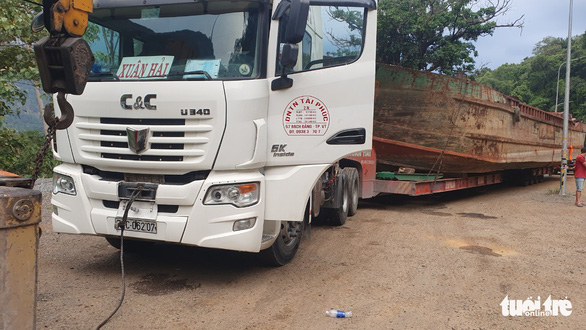 Xe tải chở tàu gây kẹt xe đã đi khoảng 90km trước khi bị tạm giữ - Ảnh 1.