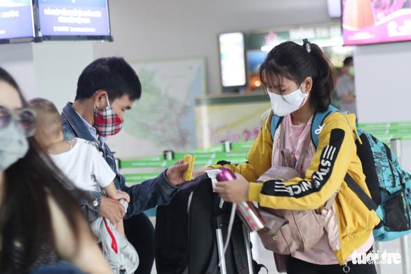 Nghệ An tiếp tục cách ly hơn 250 người từ Lào và Thái Lan về quê - Ảnh 1.