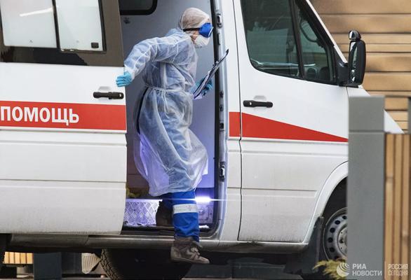 Khủng hoảng COVID-19 ở Nga: 3 bác sĩ té lầu bí ẩn, hàng trăm nhân viên y tế đình công - Ảnh 1.