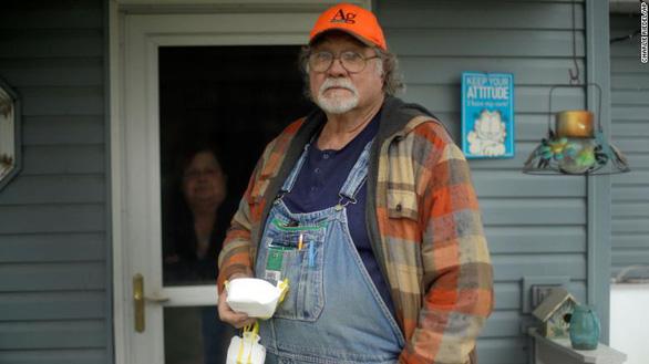 Trao đi 1 khẩu trang, người nông dân Mỹ nhận lại bằng cử nhân danh dự - Ảnh 1.