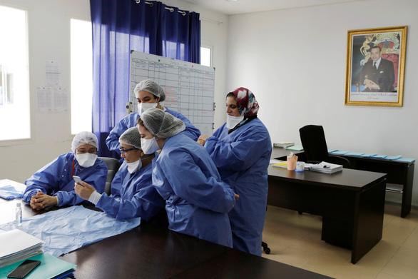 Ít nhất 90.000 nhân viên y tế trên toàn cầu bị nhiễm COVID-19 - Ảnh 2.