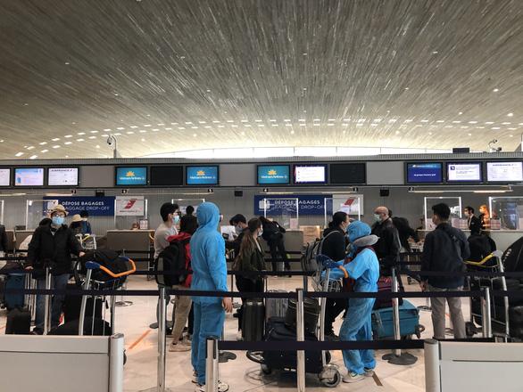 240 công dân Việt Nam từ Pháp trở về nước, đưa đi cách ly - Ảnh 1.