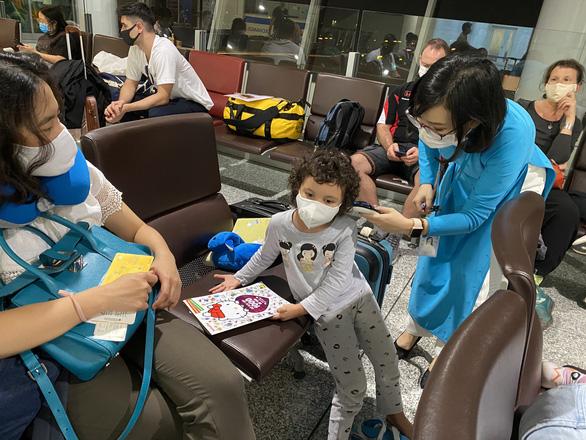 240 công dân Việt Nam từ Pháp trở về nước, đưa đi cách ly - Ảnh 2.