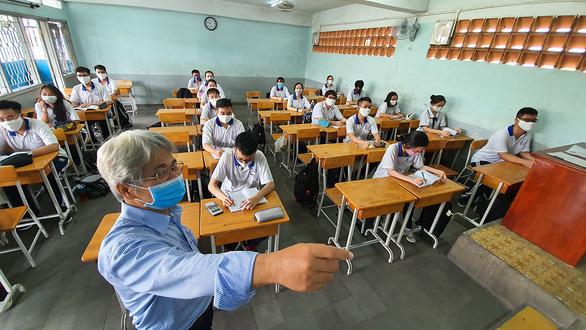Học sinh đi học trở lại: Trường tìm đủ cách chống nóng - Ảnh 1.