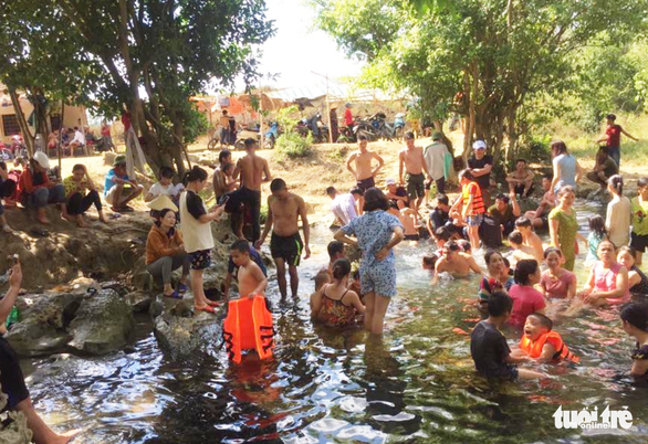 Nghệ An nắng nóng hơn 40ºC, dân đổ ra suối 'giải nhiệt' - Ảnh 5.