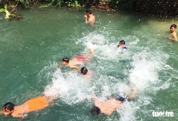 Nghệ An nắng nóng hơn 40ºC, dân đổ ra suối 'giải nhiệt' - Ảnh 6.