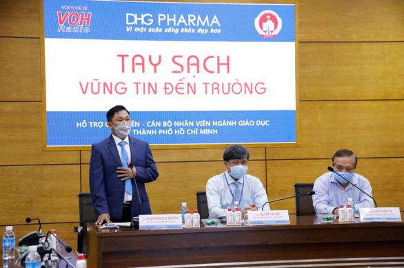 Giáo viên tiểu học được DHG Pharma tài trợ gel rửa tay phòng dịch - Ảnh 1.