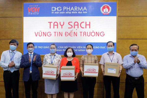 Giáo viên tiểu học được DHG Pharma tài trợ gel rửa tay phòng dịch - Ảnh 2.