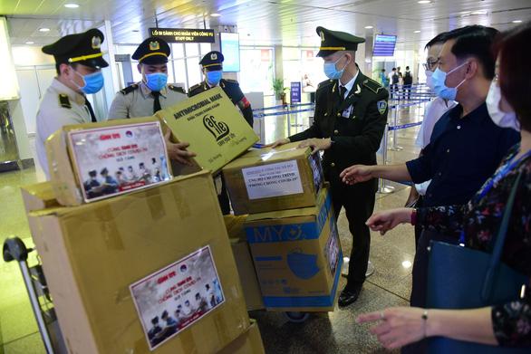 Tuổi Trẻ trao hàng ngàn vật phẩm, thiết bị y tế cho tuyến đầu chống dịch ở sân bay - Ảnh 3.