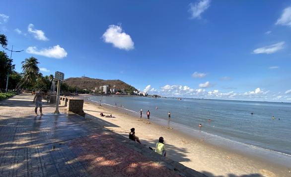 Vừa mở bãi tắm Vũng Tàu, người dân ào ra biển, du khách tranh thủ đặt phòng - Ảnh 1.