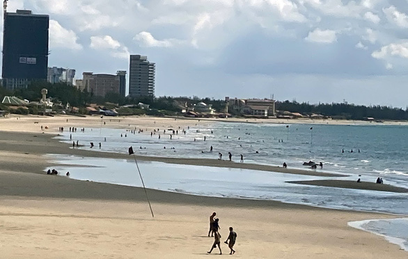 Vừa mở bãi tắm Vũng Tàu, người dân ào ra biển, du khách tranh thủ đặt phòng - Ảnh 2.