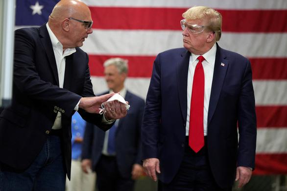 Ông Trump giải thích việc không đeo khẩu trang khi thăm nhà máy - Ảnh 1.