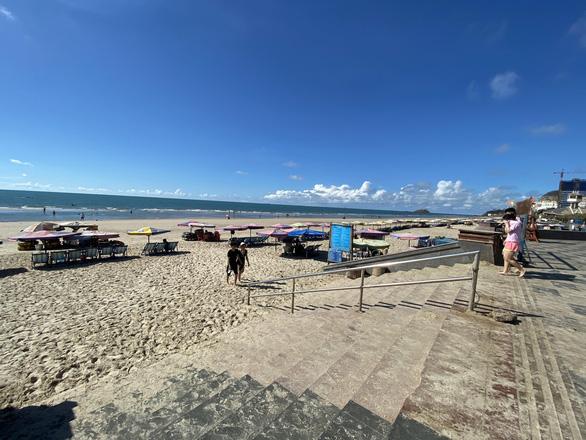 Vừa mở bãi tắm Vũng Tàu, người dân ào ra biển, du khách tranh thủ đặt phòng - Ảnh 4.