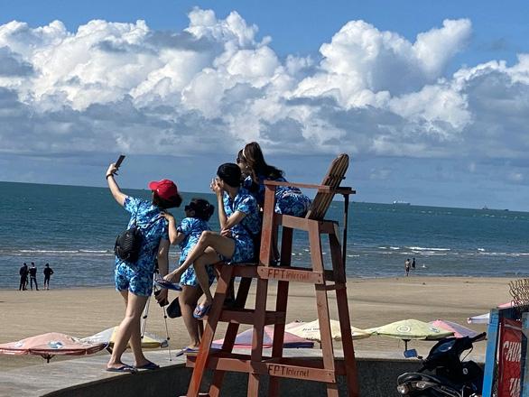 Vừa mở bãi tắm Vũng Tàu, người dân ào ra biển, du khách tranh thủ đặt phòng - Ảnh 3.