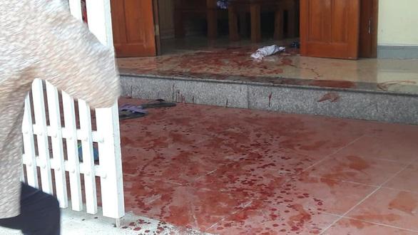 Hai vợ chồng bị truy sát, gục trên vũng máu, người vợ chết - Ảnh 1.