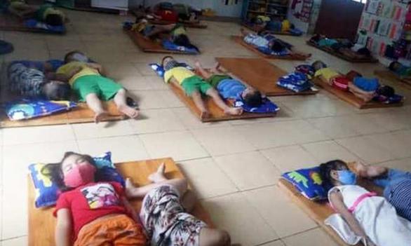 Nghệ An yêu cầu kiểm tra việc trẻ mầm non đeo khẩu trang khi ngủ - Ảnh 1.