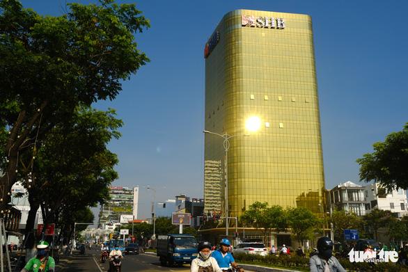 Đà Nẵng yêu cầu hai tòa nhà dát vàng chói mắt phải khắc phục - Ảnh 1.