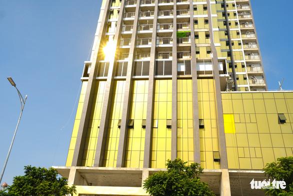 Đà Nẵng yêu cầu hai tòa nhà dát vàng chói mắt phải khắc phục - Ảnh 2.