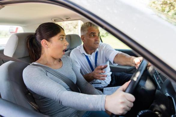 Gần 20.000 thanh thiếu niên không thi thực hành vẫn được cấp giấy phép lái xe - Ảnh 1.