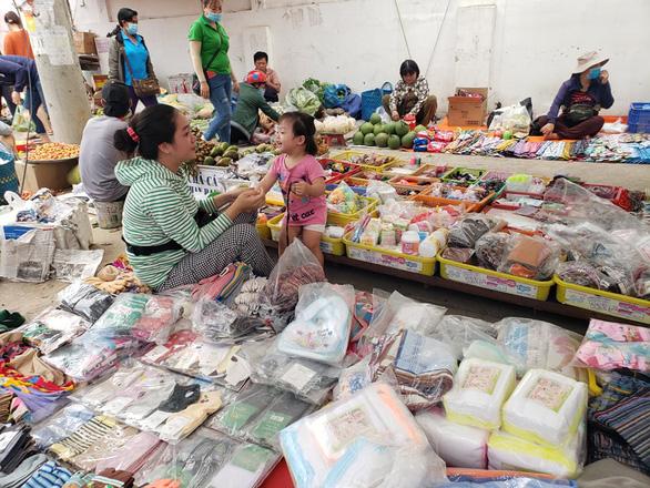 Bắt thêm chồng Loan cá trong vụ lấy tiền bảo kê của hàng trăm tiểu thương - Ảnh 3.