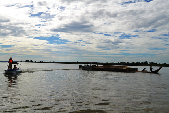Lật ghe giữa sông Thu Bồn, 5 người mất tích - Ảnh 1.