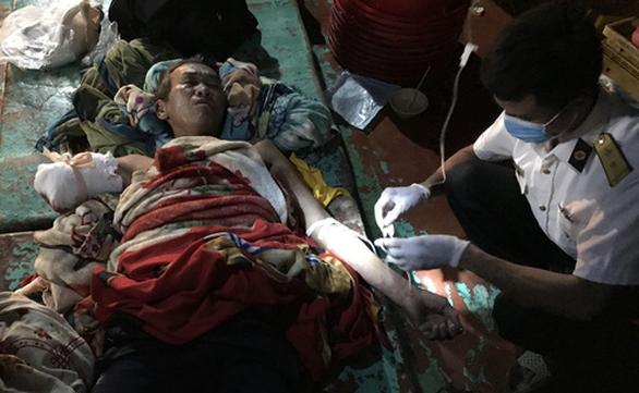 Tàu hải quân cấp cứu ngư dân Cà Mau đứt lìa cánh tay trên biển - Ảnh 1.