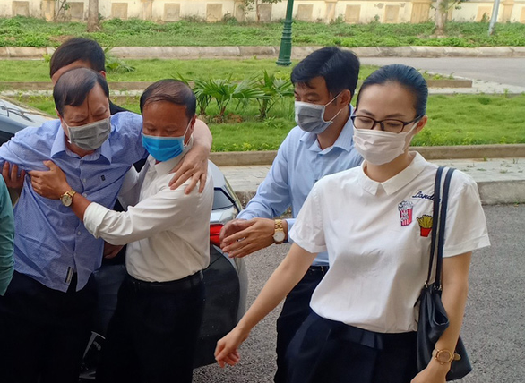 Cựu trưởng Công an TP Thanh Hóa được dìu tới hầu tòa về tội nhận hối lộ - Ảnh 1.