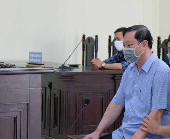 Cựu trưởng Công an TP Thanh Hóa được dìu tới hầu tòa về tội nhận hối lộ - Ảnh 2.