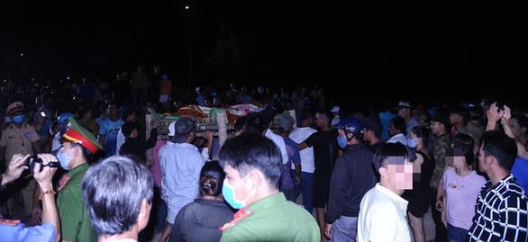 Tang thương bên sông Thu Bồn: Mới chỉ tìm được 2 thi thể, 3 người còn mất tích - Ảnh 1.