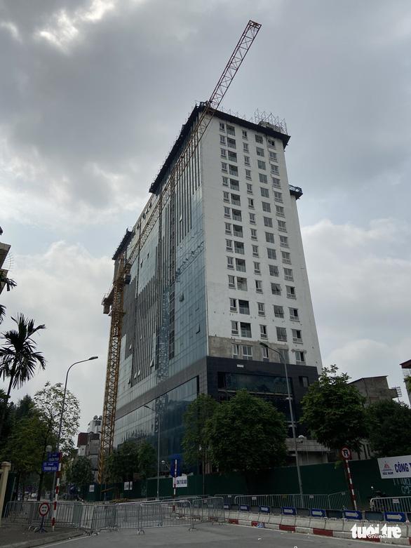 'Cắt ngọn' tầng 18 tòa nhà 8B Lê Trực - Ảnh 2.