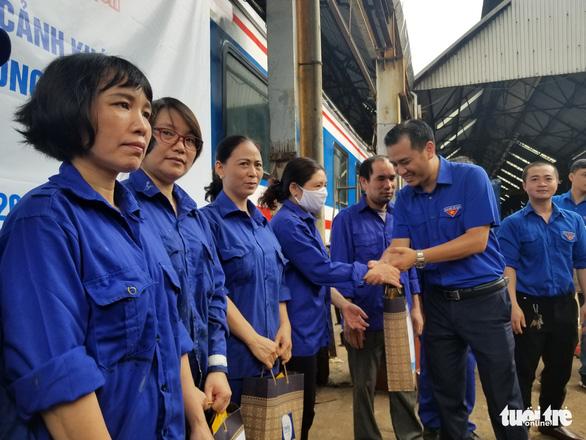 Sẻ chia với thanh niên công nhân đường sắt khó khăn vì dịch COVID-19 - Ảnh 1.