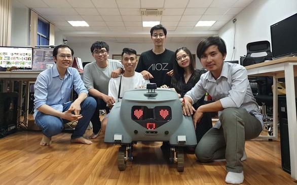 Bạn trẻ ở TP.HCM làm robot nhắc nhở người không đeo khẩu trang - Ảnh 1.