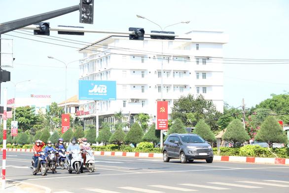 Hàng loạt xe biển xanh, có cả xe tỉnh, thành ủy vượt đèn đỏ bị điểm mặt - Ảnh 1.