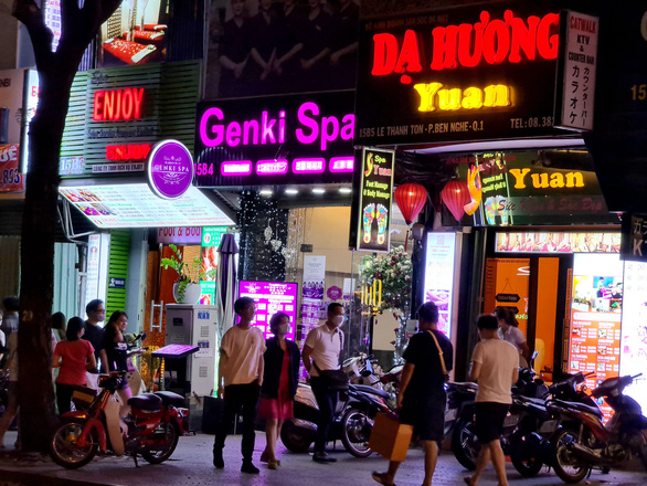 Những phố đêm ở Sài Gòn 'xập xình' trở lại đón... khách ta - Ảnh 5.