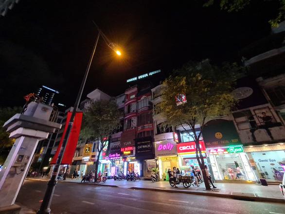 Những phố đêm ở Sài Gòn 'xập xình' trở lại đón... khách ta - Ảnh 3.