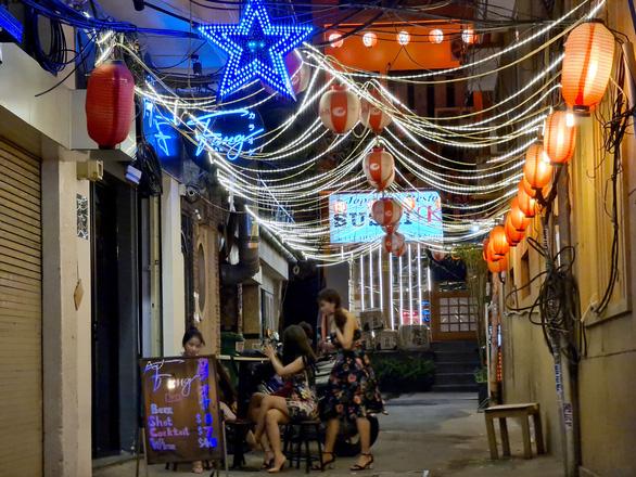 Những phố đêm ở Sài Gòn 'xập xình' trở lại đón... khách ta - Ảnh 6.
