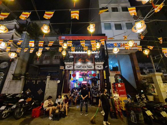 Những phố đêm ở Sài Gòn 'xập xình' trở lại đón... khách ta - Ảnh 8.