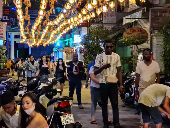 Những phố đêm ở Sài Gòn 'xập xình' trở lại đón... khách ta - Ảnh 2.
