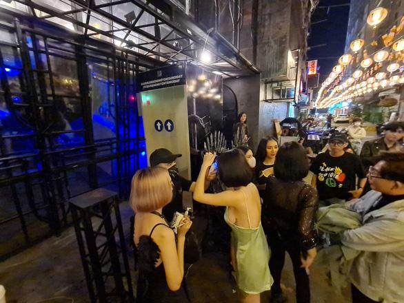 Những phố đêm ở Sài Gòn 'xập xình' trở lại đón... khách ta - Ảnh 4.