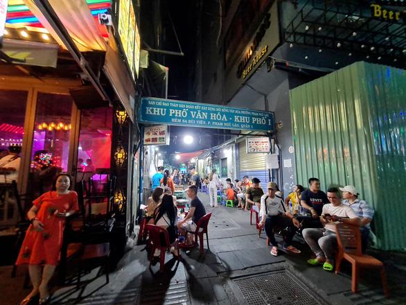 Những phố đêm ở Sài Gòn 'xập xình' trở lại đón... khách ta - Ảnh 12.
