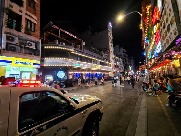 Những phố đêm ở Sài Gòn 'xập xình' trở lại đón... khách ta - Ảnh 10.