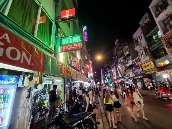 Những phố đêm ở Sài Gòn 'xập xình' trở lại đón... khách ta - Ảnh 11.