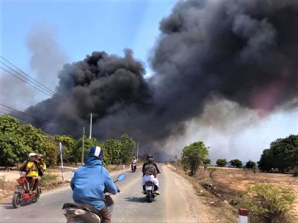 Bãi rác cháy mù trời 4 ngày đêm, dân phát điên dựng rào chặn xe - Ảnh 1.